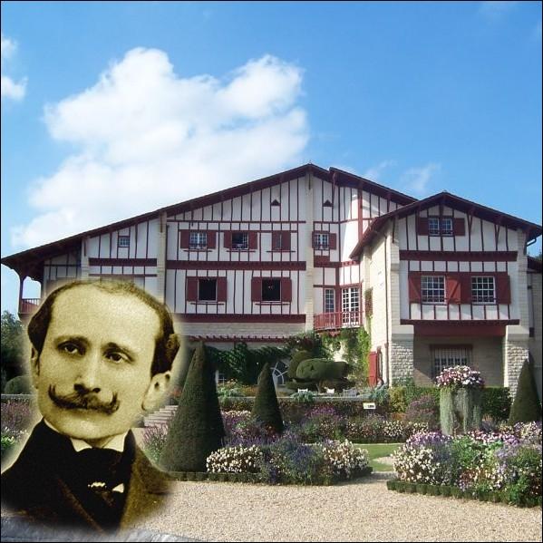 Venu en 1900 soigner une pleurésie, ce romancier père de  Chanteclerc  décide de s'installer à Cambo en Pays-Basque et y fera construire cette somptueuse demeure   Arnaga  ... .