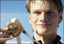 Qui est ce champion, médaille d'or en natation ( 200 m nage libre ) ?