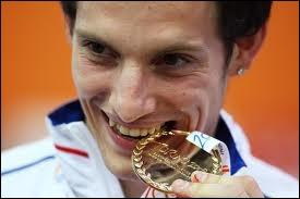 Qui est ce champion, médaille d'or en athlétisme ( saut à la perche ) ?