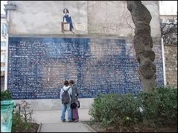 Construit au cœur du square des Abbesses à Montmartre, sur une surface de 40 m² avec un total de 511 carreaux en lave émaillée, ce mur reprend 311 fois la plus douce des expressions, c'est .....