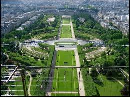 Comment appelle-t-on cet endroit sous la Tour-Eiffel ?