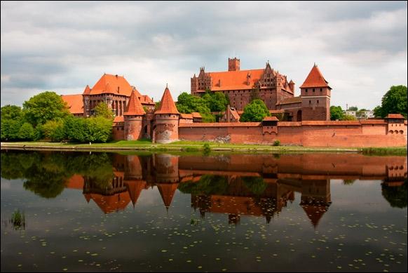 Quelle est cette forteresse aux murs de briques composée de trois châteaux qui s'imbriquent les uns dans les autres ?