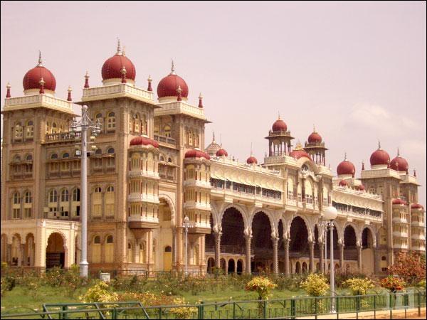 Quel est ce palais de granite surmonté de dômes en marbre rose, dont la beauté laisse rêveur ?