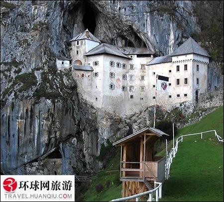 Quel est ce château, seul au monde à être construit dans une grotte ?