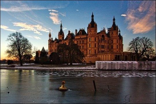 Quel est ce château médiéval dont les plus anciennes traces datent de 973 construit dans un décor de conte de fées ?