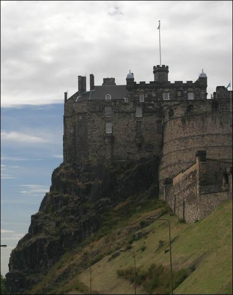 Quelle est cette ancienne forteresse édifiée sur un rocher volcanique ?