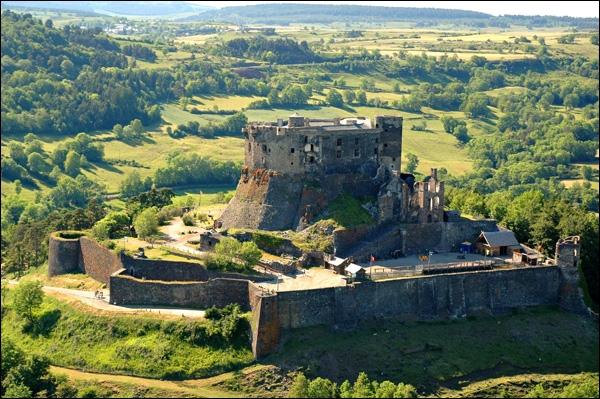 Ceci est une photo du château de Murol, qui se situe dans le département numéro ... .