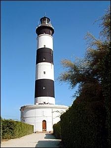 Nous voici à présent au pied du phare de Chassiron, à la pointe de l'île ... ... ... .