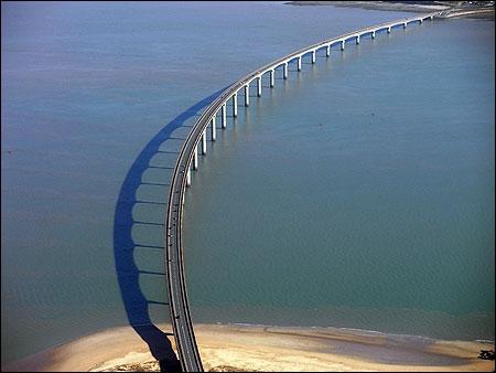 Ce pont est utilisé pour se rendre sur ... . .