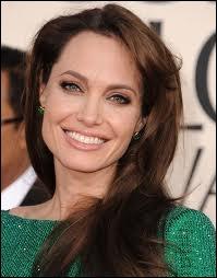 Angelina Jolie, brune très foncée aux yeux clairs, est-elle naturellement une brune aux yeux clairs ?