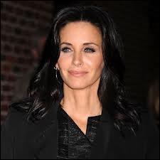 Courteney Cox, la fameuse Monica Geller de Friends, a une chevelure aile de corbeau et des yeux très bleus. Est-ce naturel ?