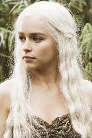 C'est l'actrice Emilia Clarke qui tient le joli rôle de Daenerys Targaryen dans la formidable saga Le trône de fer. Est-ce une blonde platine naturelle ?