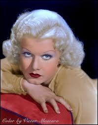 Jean Harlow, immense star de l'époque, a lancé la mode du blond platine pour la toute première fois, et a été la première blonde à jouer les femmes fatales. Etait-ce sa teinte naturelle ?