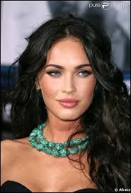 Voici Megan Fox, l'actrice de Transformers notamment, qui a emprunté certains de ses traits à Angelina Jolie, grâce à la chirurgie esthétique. Est-elle noire naturelle de cheveux ?