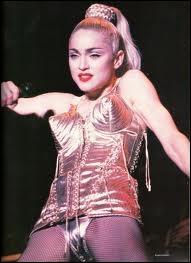 La rock pop star Madonna, ici au sommet de sa carrière dans son corset Jean-paul Gaultier, est-elle une blonde naturelle ?