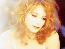 Pourquoi, à une époque, Mylène s'était-elle teintée en blonde à Los Angeles ?