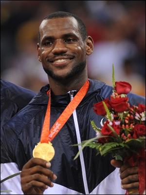 J'ai remporté deux titres olympiques avec l'équipe des USA en basket. A chaque fois je portais le numéro 6. Qui suis-je ?