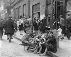 Dans quelle ville se trouvait le plus grand ghetto d'Europe qui a rassemblé 450 000 juifs, isolés par 18 km de murs hauts de 3m et des barbelés ?