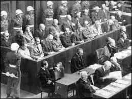 Dans quelle ville a eu lieu en 1945 le procès condamnant les hauts responsables nazis pour génocide, crimes de guerre et crimes contre l'humanité ?