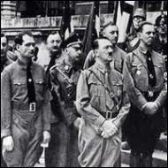 Quels sont les textes adoptés par le Reichstag en 1935 à l'initiative d'Hitler, faisant entrer l'antisémitisme d'Etat dans l'appareil législatif du IIIème Reich ?