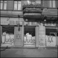Comment a-t-on appelé le processus d'expropriation et de spoliation totale des juifs, et leur interdiction de toute activité industrielle et commerciale ?
