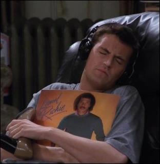 Avec qui, Chandler est-il en couple au début de la saison ?