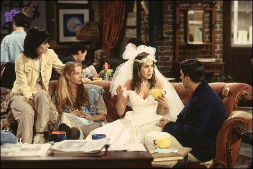 Pourquoi Rachel arrive-t-elle en robe de mariée dans le première épisode ?