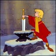 Comment s'appelle l'épée royale qu'Arthur retire facilement de l'enclume ?