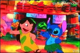 De quelle couleur est la jupe de Stitch ?