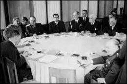 Quelle personnalité des forces alliées n'a pas été invitée à la table de négociation ?