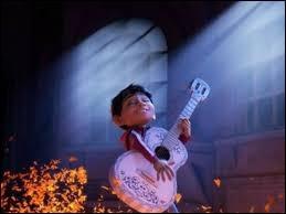 Par quel objet magique Miguel peut-il passer du monde des vivants au royaume des morts, et inversement ?