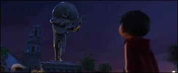 Quelle est la devise du chanteur gravée sur le socle de sa statue ?