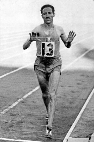 Aux JO de Melbourne, en 1956, Alain Mimoun remporta la médaille d'or après avoir couru pendant 2h 25 sur...