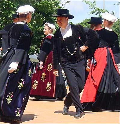 Les bretons aiment la danse avec passion depuis longtemps. Que signifie   Fest noz   en français ?