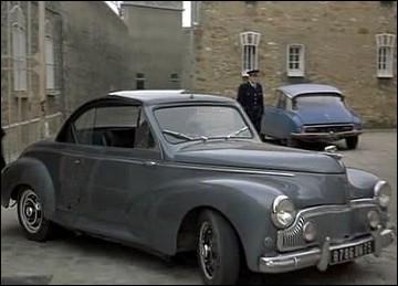 Un cabriolet 203 Peugeot conduit par un   taulard   évadé et accompagné de son avocat, durant la période agitée de mai 68 ... .