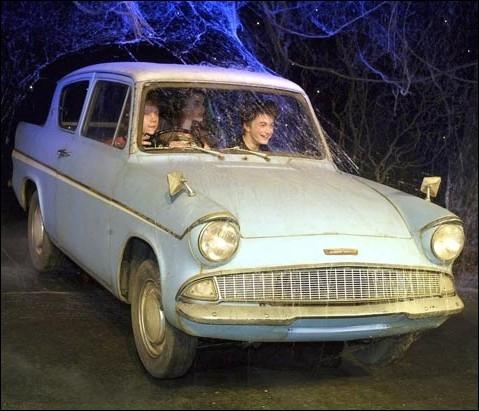 Ron, Fred et George Weasley empruntent la voiture volante de leur père, une Ford Anglia au cours de l'été 1992 pour venir délivrer Harry Potter ... .