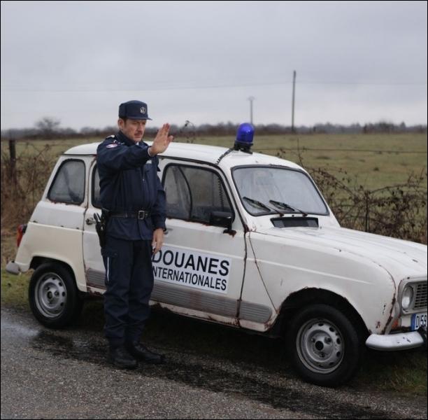 Mathias Ducatel et son co-équipier Ruben Vandervoorde sillonnent les routes de campagne frontalières à bord d'une   4L   ... .