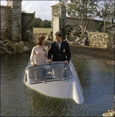 Goubi,  fada  du petit village de Jaligny dans l'Allier, rêve de découvrir Paris. Retour mouvementé au pays en Renault Caravelle avec sa fiancée  La fleur  rencontrée dans la capitale ... .