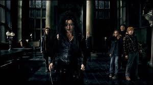Dans  Harry Potter et les Reliques de la Mort  (partie 1), qu'écrit Bellatrix Lestrange sur son bras ?