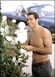 Dans la saison 1, comment s'appelle le jardinier de Gaby avec qui elle trompe Carlos ?