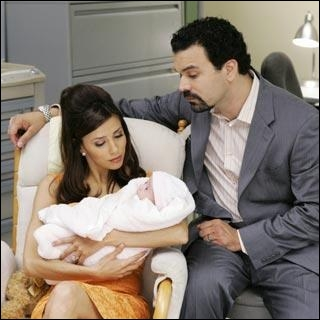 Dans la saison 2, Carlos et Gabrielle Solis adoptent un bébé. Ils perdent finalement ce bébé. Pourquoi ?