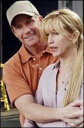 Dans la saison 3, par qui Lynette se laisse t-elle séduire alors qu'elle est mariée à Tom ?