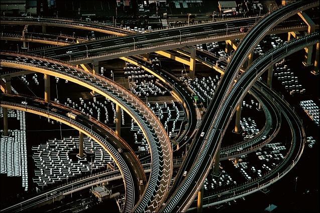 Quelle caractéristique de la mégalopole japonaise est inexacte ? (Photo : les infrastructures autoroutières de la banlieue de Tokyo, photo Yann Artus-Bertrand)