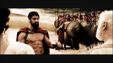 Quelle est l'excuse du roi lorsque Théron s'aperçoit qu'il n'a pas respecté la volonté du Conseil en marchant avec 300 de ses meilleurs guerriers ?