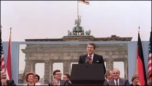 Quel président des Etats-Unis a apostrophé son homologue soviétique lors d'un discours à Berlin en 1987 devant la porte de Brandebourg en s'exclamant :   Abattez ce mur !   ?