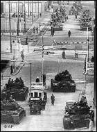 Comment s'appelait le principal poste frontière berlinois qui, lors de la guerre froide, permettait de franchir le mur qui divisait la capitale allemande entre le secteur Ouest et le secteur Est ?