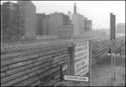 Quel surnom a été donné au mur par la propagande du régime de la RDA ?