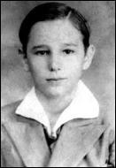 On connait le visage des grands hommes politiques du XXéme siècle qui ont fait trembler le monde ou marqué leur époque. Mais serez-vous capable de les reconnaître à partir de portraits d'enfance ou d'adolescence ? A votre avis, qui est ce jeune ado de la photo paraissant timide et réservé ?