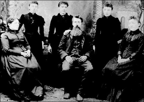 Ces prénoms vous suggéreront le nom de cette famille de l'Ouest américain, présentée dans une série télévisée, tirée d'une histoire vraie : Charles, Caroline, Mary, Albert !