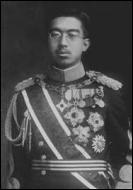 Quel est le nom de l'empereur du Japon qui capitula sans condition après ces désastres ?